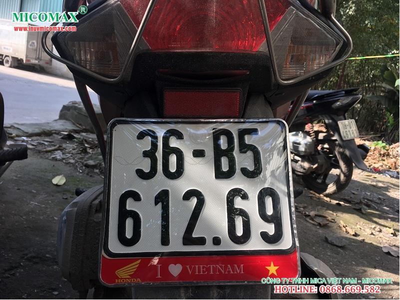 khung biển số xe máy có cờ